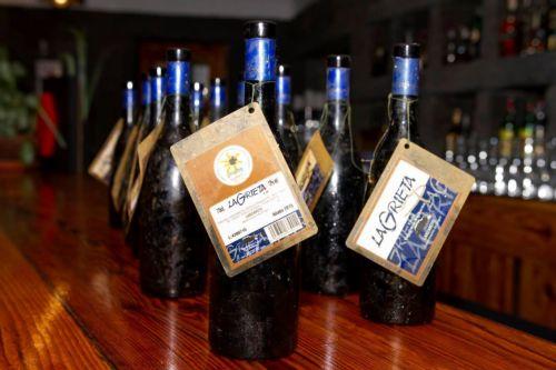 Studio di invecchiamento di un vino immerso nell'acqua nelle Isole Canarie